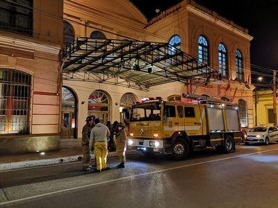 Bomberos recomiendan inspección especializada en teatro evacuado por gas tóxico