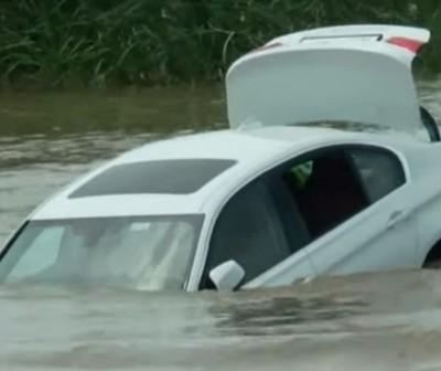 Un joven tiró al río el BMW que le regalaron sus padres porque les había pedido un Jaguar