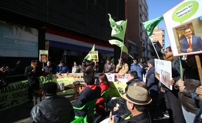 """HOY / Gremio de docentes se manifiesta frente al MEC y """"aplaza"""" gestión de ministro Petta"""