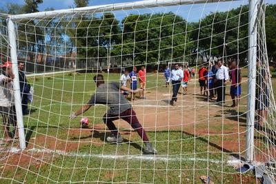 Con escuelas de fútbol en centros educativos buscan reinserción de jóvenes