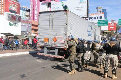Policías reprimen a manifestantes en Ciudad del Este