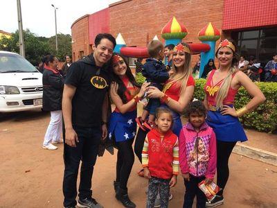 En Santa Rosa se visten de héroes y heroínas para alegrar a niños