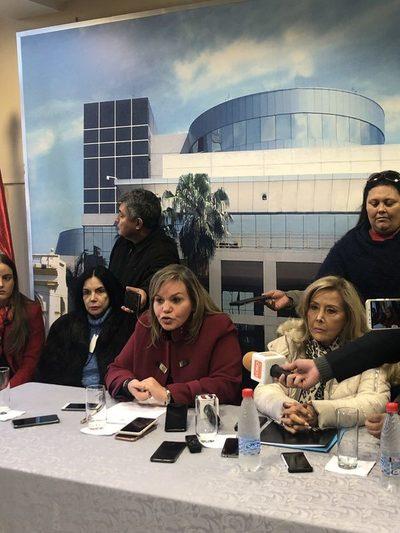 Senadoras repudian orden de captura contra joven que denunció acoso