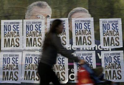 Presidente argentino aumenta salarios y baja impuestos tras revés electoral