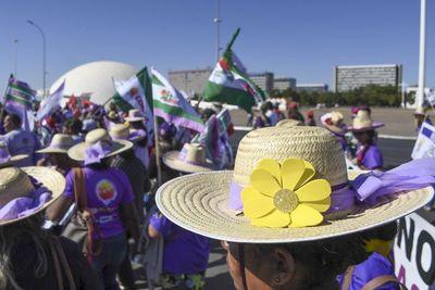 Multitudinaria marcha de campesinas en Brasilia arremete contra Bolsonaro