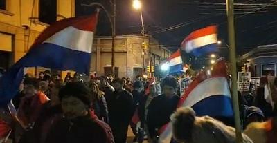 Ciudadanos copan calles de Asunción y exigen juicio político