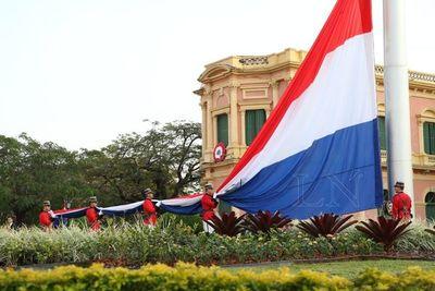Ceremonia de izamiento de la Bandera por 482 años de Asunción