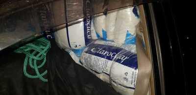 Contrabandistas huyen y abandonan dos vehículos repletos de azúcar de contrabando