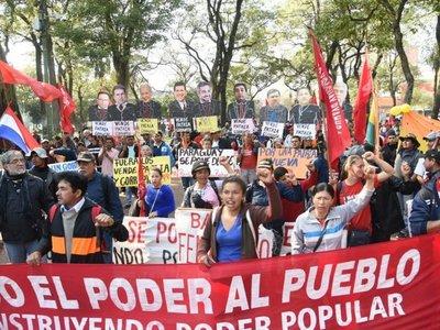 Campesinos llegan a la Plaza Uruguaya para pedir juicio político