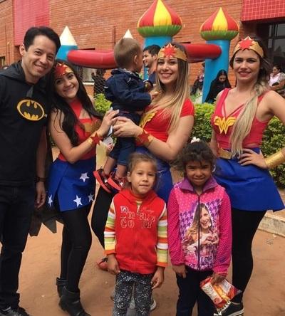 Niños se sorprenden al ver a sus héroes y heroínas en el hospital