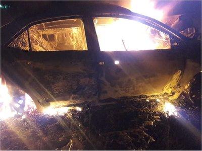 Mujer muere calcinada en su vehículo tras chocar contra un árbol