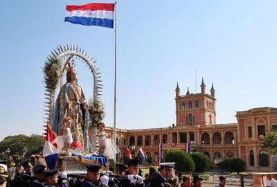 Procesión de la Virgen de Asunción en medio de marchas