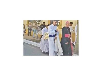 Escrachan al arzobispo pidiéndole posición firme ante   juicio político