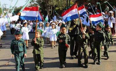 Desfile estudiantil por aniversario de la escuela Niños de Acosta Ñú