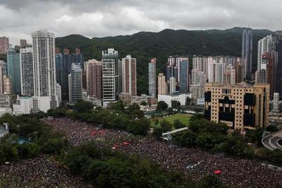 Manifestantes abarrotan las calles de Hong Kong pese al calor y las fuertes lluvias