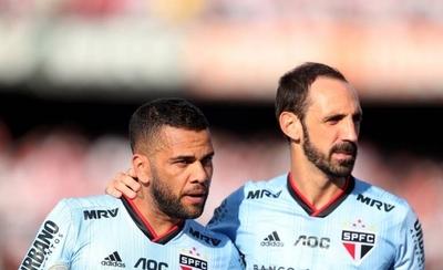 HOY / Un Sao Paulo expectante aclama a Dani Alves y Juanfran en su debut