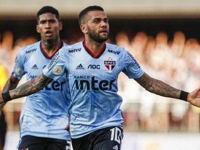 Dani Alves debuta con gol en jugada que inicia el también debutante Juanfran