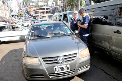 Fiscalizadores de Transporte Público de CDE inventan controles a turistas para coimear