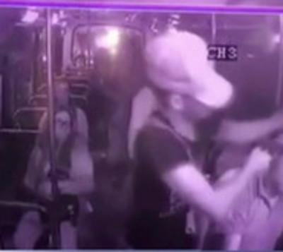 Violento asalto a un bus queda registrado en cámaras de seguridad