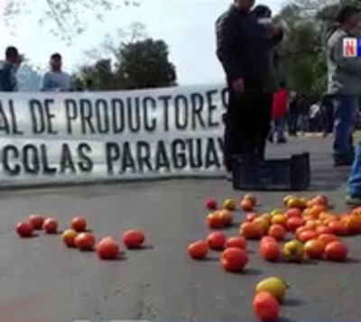 Productores de tomates cierran ruta en Caaguazú