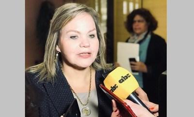 """Senadora oficialista asegura que Friedmann """"ofrece"""" su banca en pro de la """"paz republicana"""""""