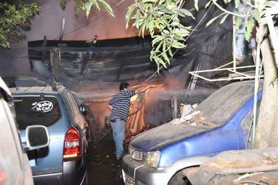 Incendio consumió taller mecánico en Lambaré