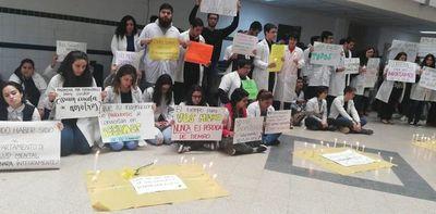 Universitarios realizan sentata en Clínicas por la salud mental