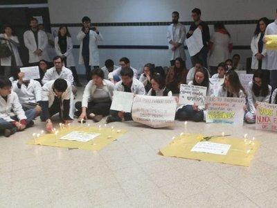 Estudiantes realizan sentata para concienciar sobre salud mental