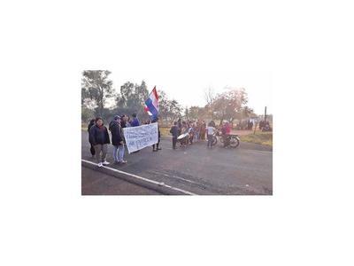 Padres de alumnos cierran  ruta en reclamo de  rubros