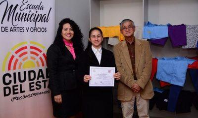 Egresados de Escuela de Artes y Oficios reciben certificados
