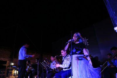 Andrea Valobra y Jazz Band de la Policía ponen hoy música a la noche