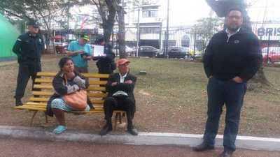 Denuncian abandono de pareja de ancianos en la Plaza Uruguaya » Ñanduti