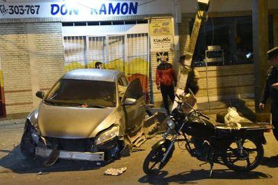 Conductor pierde el control de su vehículo y choca contra columna