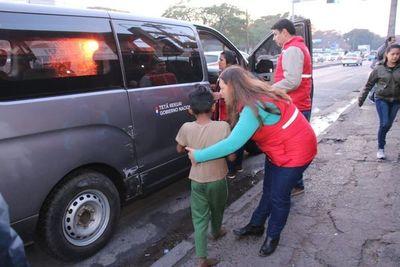 Rescatan a menores indígenas que vivían en un patio baldío