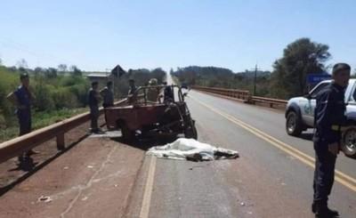 Motociclista muere al caer frente a tracto-camión