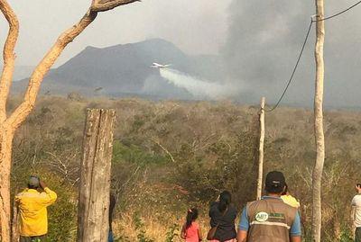 Supertanker ya sofoca el fuego en Bolivia, frontera con Paraguay