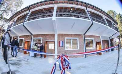 Presidente inaugura nueva infraestrucura en colegio de Ayolas