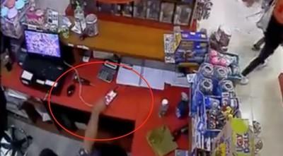 Descuidista en shopping: entró a una tienda y robó celular de la cajera