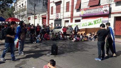 Con cierre de calle, sintechos piden regularización de ocupaciones en Luque