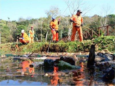 Retiran gran cantidad de basura del arroyo Amambay de Ciudad del Este