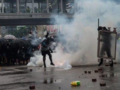 Hong Kong vive tensa jornada de cañones de agua y gas lacrimógeno