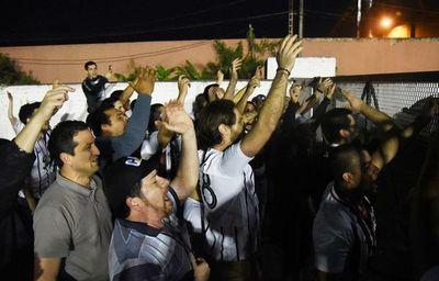 Hinchas liberteños pidieron salida de Chamot