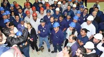 Argentinos bloquean acceso a paraguayos y se desata crisis en la hidroeléctrica Yacyretá