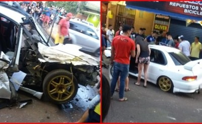 Conductor presuntamente ebrio choca por dos vehículos y se fuga