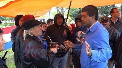 CNEL. BOGADO: OCUPANTES DESDE CUÁNDO SE MANIFIESTAN FRENTE A LA MUNICIPALIDAD