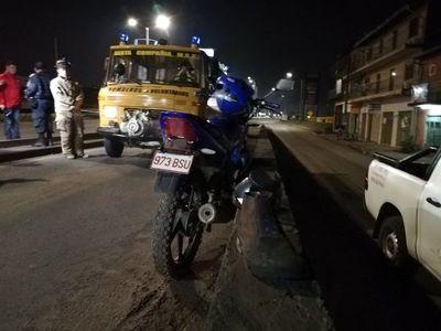 Grave accidente de motociclista en viaducto de Roque Alonso
