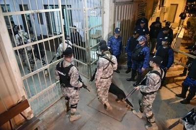 Catean cárceles e incautan armas y celulares