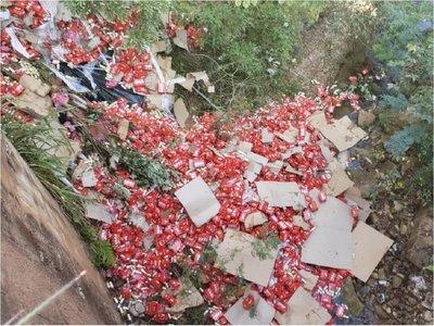 Conductor pierde el control y caen 40.000 kilos de cerveza a un arroyo