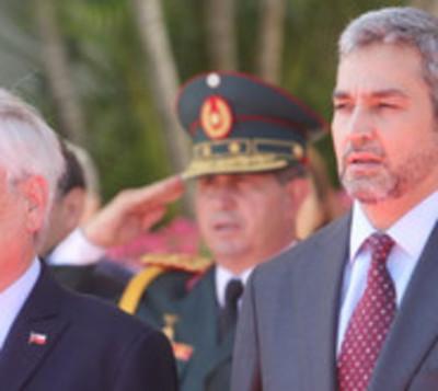 Presidente de Chile visita Paraguay y colabora con extinción de llamas