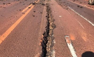 Maquinaria destruye nueva ruta entre Naranjal-San Cristóbal